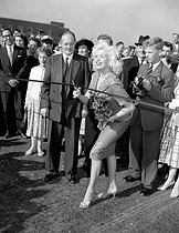 """Jayne Mansfield (1933-1967), actrice américaine, inaugurant le """"Chiswick Flyover"""", une extension de la """"Cromwell Road"""". Londres (Angleterre), 3 septembre 1959. © PA Archive/Roger-Viollet"""