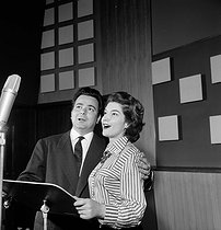 """Alain Vanzo (1928-2002) and Mady Mesplé (1931-2020), French opera singers, recording """"Lucia di Lammermoor"""" by Gaetano Donizetti for Barclay record company. Paris, 1960's. © Claude Poirier / Roger-Viollet"""