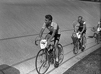 Jacques Anquetil (1934-1987), French racing cyclist. He won the Tour de France for the first time in 1957. Behind him: André Darrigade. © Roger-Viollet