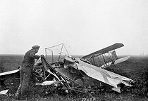 Louis Blériot (1872-1936), aviateur français, examinant les débris de son avion accidenté. Toury, 30 octobre 1908. © Roger-Viollet