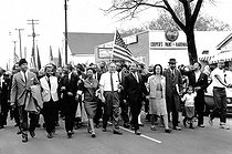 Marches de Selma à Montgomery pour les droits civiques. Bayard Rustin, John Lewis, Ralph Abernathy, Ralph Bunche, Martin Luther King et Coretta King. Alabama (Etats-Unis), 25 mars 1965. Photo : Matt Herron. © 1976 Matt Herron / Take Stock