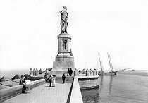 Statue of Ferdinand de Lesseps (1805-1894), French diplomat and administrator, on the jetty. Port Said (Egypt). 1912. © Jacques Boyer / Roger-Viollet