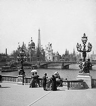 1900 World Fair in Paris. Streetlamps of the pont Alexandre-III and the rue des Nations. Paris (VIIIth arrondissement. © Léon et Lévy / Roger-Viollet