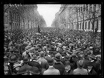 """Rally in memory of Jean Jaurès (1859-1914), French politician, after the acquittal of his assassin, Raoul Villain (1885-1936). Paris, on April 6, 1919. The crowd, avenue Malakoff. Photograph published in the newspaper """"Excelsior"""" on Monday, April 7, 1919. © Excelsior – L'Equipe/Roger-Viollet"""