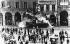 Printemps de Prague. Entrée des troupes du pacte de Varsovie en Tchécoslovaquie. Char soviétique heurtant une façade d'immeuble. Prague, 21 août 1968. © Ullstein Bild / Roger-Viollet