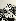 """Errol Flynn (1909-1959), acteur américain, et son épouse Lily Damita (1904-1994), actrice française, sur le tournage des """"Aventures de Robin des Bois (The Adventures of Robin Hood), film de Michael Curtiz et William Keighley. Etats-Unis, 1938. © Alinari / Roger-Viollet"""