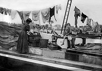 Inland ship. Doing the laundry. France, 1908. © Jacques Boyer/Roger-Viollet