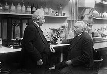 Auguste (1862-1954) and Louis (1864-1948) Lumière in their laboratory. © Albert Harlingue / Roger-Viollet