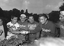 Tom Simpson (in g.), English racing cyclist ( 1937-1967 ) and Jacques Anquetil ( 1934-1987 ), by 1965. © Roger-Viollet