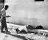 Révolution cubaine. Dépouille du capitaine de police Alejandro Garcia Olayon, exécuté en représailles par les révolutionnaires. Santa Clara (Cuba), 9 janvier 1959. © TopFoto/Roger-Viollet