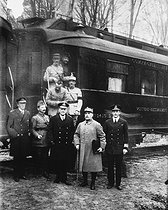 World War I. Armistice signed at Rethondes, on November 11, 1918. In front of the train car: Admiral Hope (United States), General Weygand, Admiral Wemyss (Great Britain), Marshal Foch and Captain V. Marriott. Second row: General Desticker and Captain de Milrry. © Albert Harlingue / Roger-Viollet