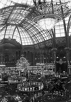 Intérieur du Grand Palais de Paris illuminé pour le Salon de l'automobile 1910.      © Albert Harlingue/Roger-Viollet