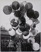 Fairs in Paris. The Foire du Trône fun fair. Woman selling balloons. Paris, 1952. Photograph by Jean Marquis (1926-2019). Bibliothèque historique de la Ville de Paris. © Jean Marquis / BHVP / Roger-Viollet