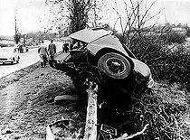 Voiture de Mike Hawthorn (1922-1959), coureur automobile anglais, après son accident mortel. 1959. © Ullstein Bild / Roger-Viollet