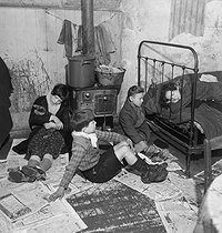 Poor children in a hovel in the suburbs of Paris, in the 1950's. © Gaston Paris / Roger-Viollet