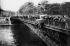 Accident de voiture spectaculaire sur le pont d'Arcole. Paris (IVème arr.), vers 1925. © Roger-Viollet