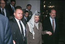 Yasser Arafat (1929-2004), head of the Palestine Liberation Organization, and Hervé Boruges (1933-2020), French journalist. Paris, October 1993. © Françoise Demulder / Roger-Viollet