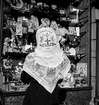 English woman wearing a scarf, souvenir of Elizabeth II's coronation, April 1953. © Roger-Viollet