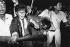 Etudiants escortant un soldat conducteur de blindé jusqu'à un centre médical. Pékin (Chine), place Tian'anmen, 3 juin 1989.  © Sean Ramsay / The Image Works / Roger-Viollet