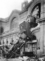 The accident of the gare Montparnasse train station. Paris, October 22, 1895. © Roger-Viollet