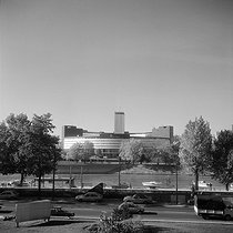 Radio France building, view taken from a terrace in front of the river Seine. Paris, 1982. © Roger-Viollet