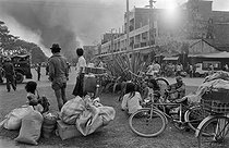 Cambodian War. Cambodians trying to avoid the rockets launched by the Khmer Rouge army. Phnom Penh (Cambodia), on February 11, 1974.  © Françoise Demulder / Roger-Viollet