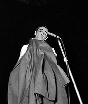 Charles Aznavour (1924-2018), Armenian-born French singer-songwriter and actor, at the Olympia. Paris, 1962. © Claude Poirier / Roger-Viollet