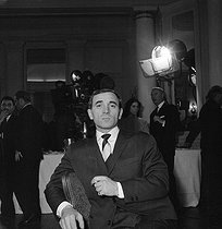"Charles Aznavour (1924-2018), Armenian-born French singer-songwriter and actor, posing for the promotion of ""Tirez sur le pianiste"" (Shoot the Piano Player), film by François Truffaut (1960), after a novel by David Goodis, 1959. © Alain Adler / Roger-Viollet"