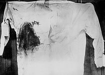 Shirt of the president Theodore Roosevelt during the his murder. October 1912. © Albert Harlingue / Roger-Viollet