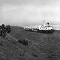 Oil tanker in the Suez Canal, 1978. © Roger-Viollet