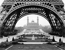 View of the Trocadero from the Eiffel Tower, during the 1889 World Fair in Paris. © Neurdein / Roger-Viollet