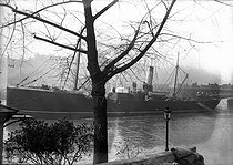 "Paris. Floods of 1910. The cargo liner ""Maine"" blocked by the rising with the Saint Nicolas's Day port. © Albert Harlingue/Roger-Viollet"