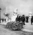 Exposition universelle de 1900, Paris. Fauteuils roulants mis à la disposition des visiteurs, près du pont Alexandre-III. © Léon et Lévy/Roger-Viollet