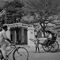 Rickshaw in front of the Messagerie Maritimes headquarters (French merchant shipping company). Pondicherry (India), January 1961. © Roger-Viollet
