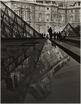 Pyramid and Louvre palace. Paris (Ist arrondissement), 1989. Photograph by Edith Gérin (1910-1997). Bibliothèque historique de la Ville de Paris. © Edith Gérin / BHVP / Roger-Viollet