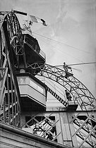 Eiffel Tower. The upper part : the platform and the panoramic viewpoint. Paris (VIIth arrondissement), around 1900. © Neurdein / Roger-Viollet