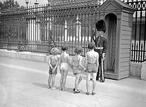 Young children observing a Queen's guard. London (England), Buckingham Palace, August 7th, 1937. © TopFoto/Roger-Viollet