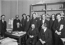 Meeting of Russian émigrés (on the left, sitting at the desk : the editor Petr Berngardovitch Struve). Paris, about 1925. © Albert Harlingue/Roger-Viollet