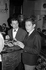 Serge Gainsbourg (1928-1991), chanteur et compositeur français, avec le barman du Club Saint-Hilaire. Paris, 1964. © Noa / Roger-Viollet