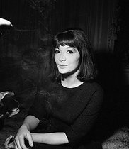Juliette Gréco (born in 1927), French singer and actress, at her place. Paris, on February 22, 1961. © Roger Berson/Roger-Viollet