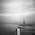 Découverte de la statue de la Liberté dans la brume matinale en arrivant à New York (Etats-Unis), janvier 1972. © Roger-Viollet