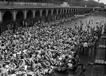 The Deligny swimming pool during a heat wave. Paris, May, 1953.  © Collection Roger-Viollet/Roger-Viollet