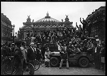 World War II. Liberation of Paris. Last convoy of prisoners repatriated from Germany. Paris, place de l'Opéra, September 1945. © LAPI/Roger-Viollet