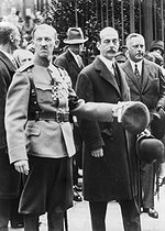 The grand duke André Romanov (in the middle) after a mass for the rest of the Empress. On his right: an officer of the regiment of the guard of the tsar. Paris. October 13, 1928.  © Collection Harlingue/Roger-Viollet