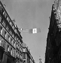 World War II. Liberation of Paris. French flag, American flag and Cross of Lorraine. Paris (IXth arrondissement), rue de la Chaussée d'Antin, August 1944. Photograph by Jean Roubier (1896-1981). © Fonds Jean Roubier/Roger-Vio