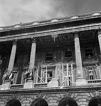 World War II. Liberation of Paris. Damaged facade of the Hôtel de la Marine with one of its columns mistakenly demolished by the 2nd Armored Division commanded by General Leclerc. Paris (VIIIth arrondissement), place de la Concorde, on August 26, 1944. Photograph by Jean Roubier (1896-1981). © Fonds Jean Roubier/Roger-Vio