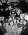 Foule en liesse attendant l'arrivée de Fidel Castro (1926-2016), homme d'Etat et révolutionnaire cubain. New York (Etats-Unis), gare de Penn Station, 21 avril 1959. © Saavedra / The Image Works / Roger-Viollet
