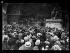"""Guerre 1914-1918. Les grèves parisiennes, au sujet de la semaine anglaise et contre la vie chère, fin mai 1917 : après les couturières et les modistes, beaucoup de corsetières et de fourreuses ont cessé de travailler. """"Les grévistes de l'aiguille au Palais-Bourbon : Les grilles ont été fermées. Portée par ses camarades, une gréviste expose à des députés les revendications des petites ouvrières."""" Photographie parue dans le journal """"Excelsior"""" du mercredi 23 mai 1917. © Excelsior – L'Equipe/Roger-Viollet"""