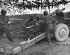Guerre 1939-1945. Soldats nippo-américains armant un canon de 105 pendant une attaque de l'infanterie américaine. France, 18 octobre 1944. Image : Underwood Archives. © Underwood Archives / The Image Works / Roger-Viollet