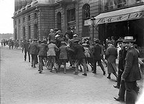Signing of the Treaty of Versailles. Cannon dragged through the rue Royale. Paris, on June 28, 1919. © Maurice-Louis Branger/Roger-Viollet